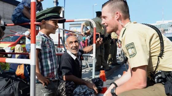 polizist mit flüchtlingskind
