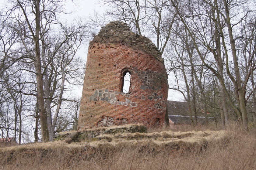 Der schiefe Turm von Galenbeck in Mecklenburg-Vorpommern: edelste Herkunft, keine Zukunft.
